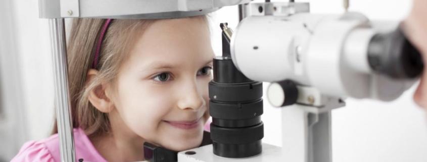prima visita oculistica e1522363918582 845x321 - Difetti visivi. Screening oculistici per i più piccoli